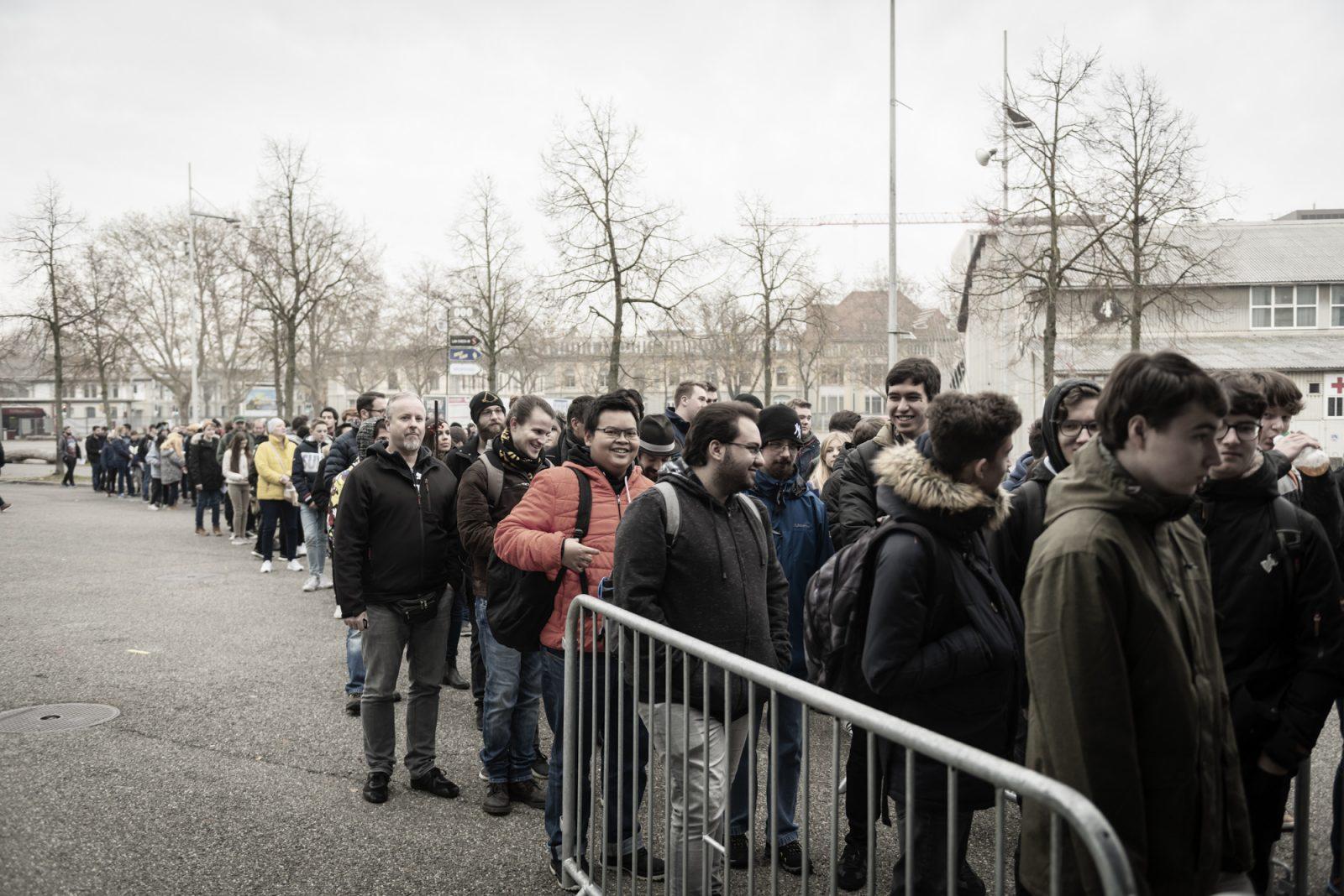 Viele Personen stehen in einer Schlange fürs Herofest.