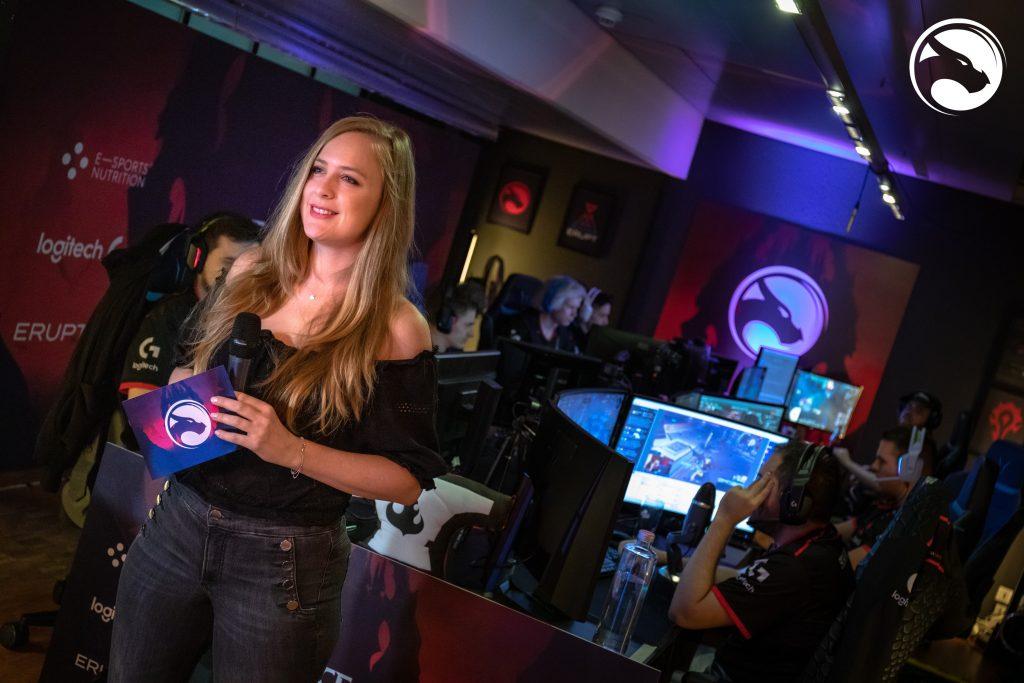 Moderatorin spricht in der Erupt Lounge zur Kamera